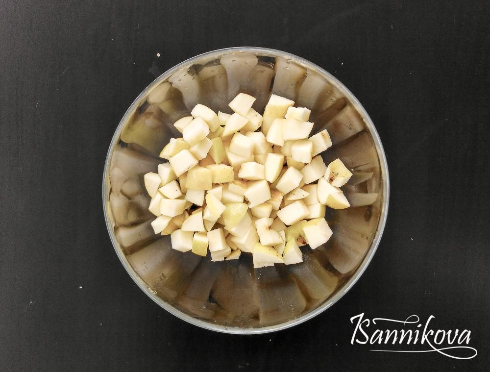 Яблоки порезать кубиком среднего размера