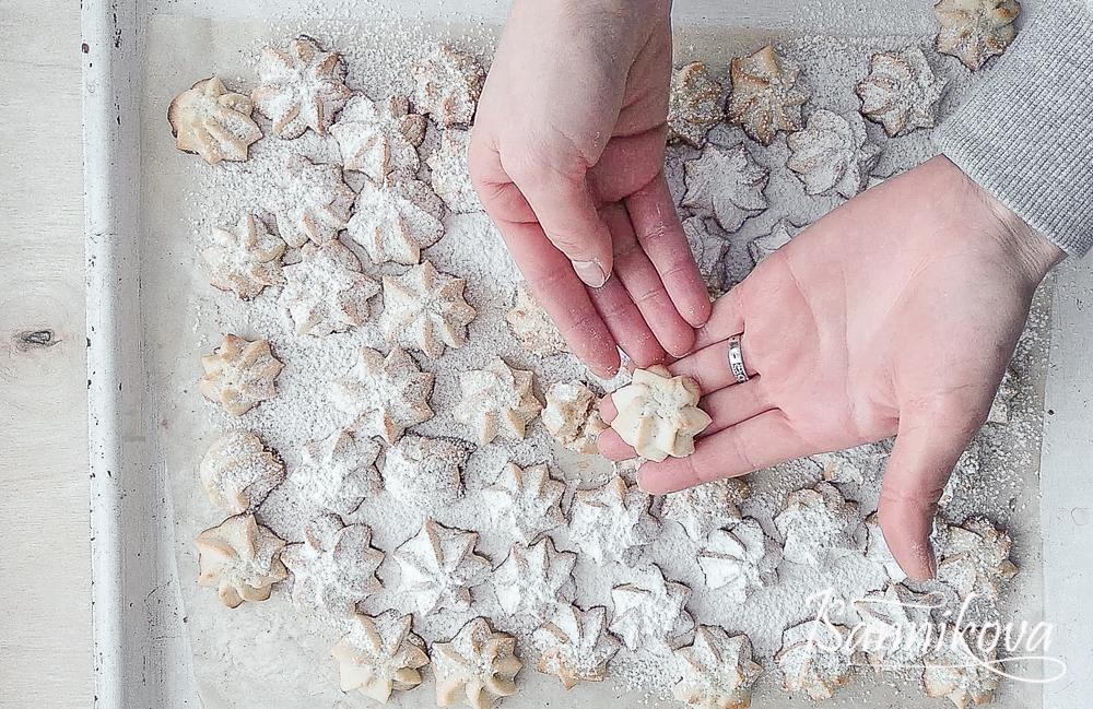 Горячее печенье посыпаем сахарной пудрой