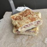 Готовый омлет с ветчиной и сыром можно подавать в порционном виде