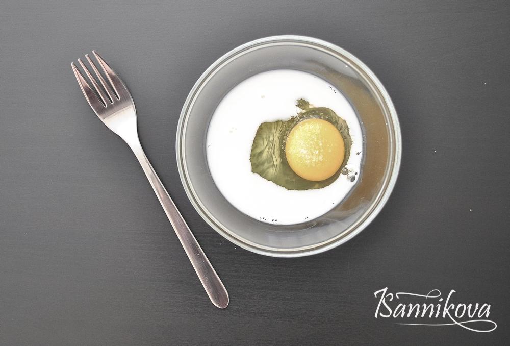 Яйцо, молоко и соль соединяем в общей таре для молочного омлета