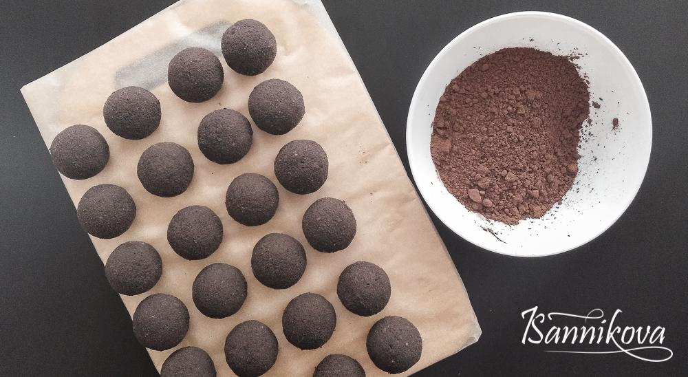 Берём какао для обвалки бисквитных заготовок