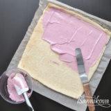 Смазываем бисквит малиновым кремом