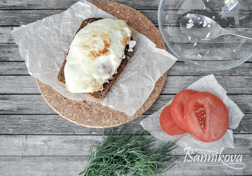 На тост с творогом выкладываем горячее яйцо