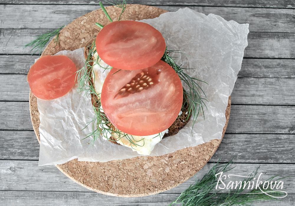 Для тоста с творогом режем помидор слайсами