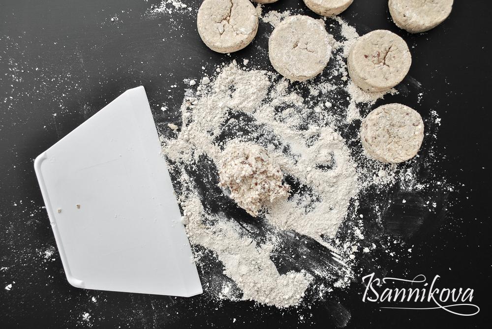 Подготовка теста для сырников на основе изюма к формированию