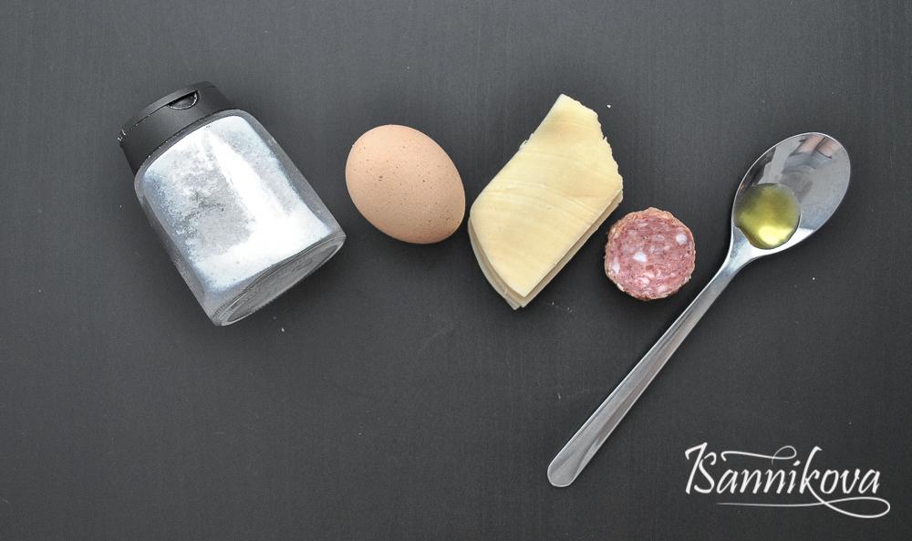 Список ингредиентов для яичного блина с сыром и колбасой