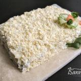 """Декорируем салат """"Мужской каприз"""" сыром и желтками"""
