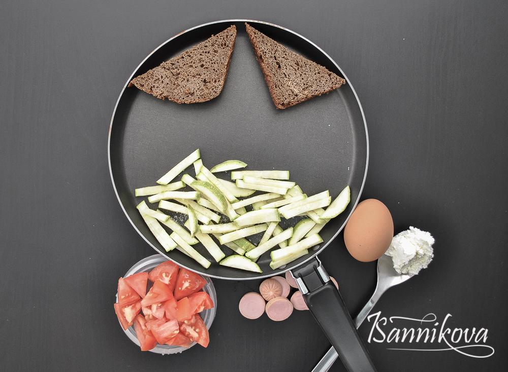 Обжариваем хлеб и кабачки для омлета