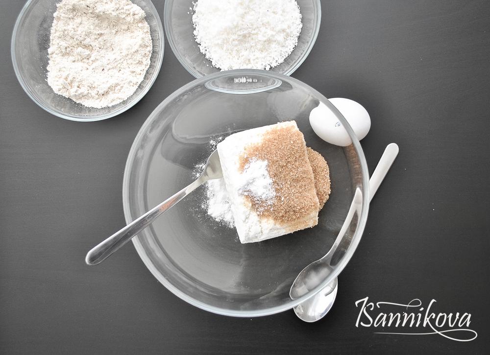 Соединяем в чаше творог, сахар, ванилин и соль для кокосовых сырников