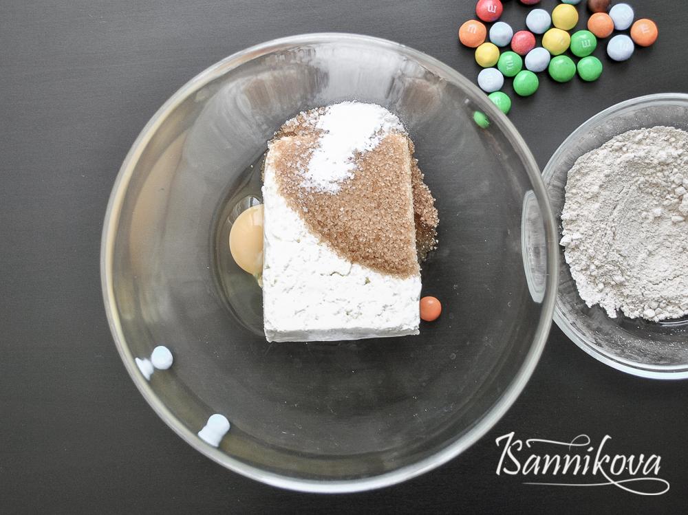 В чаше соединяем яйцо, сахар, соль и ванилин для сырников с M&M's