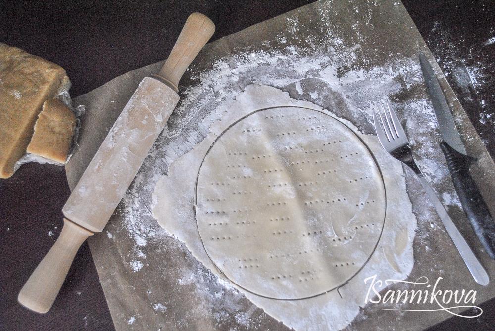 Охлаждённое теста для медовика раскатываем тонко, накалываем вилкой