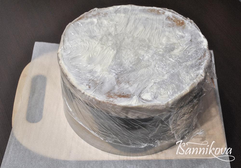 Готовый торт медовик обтягиваем пищевой плёнкой и убираем в холодильник