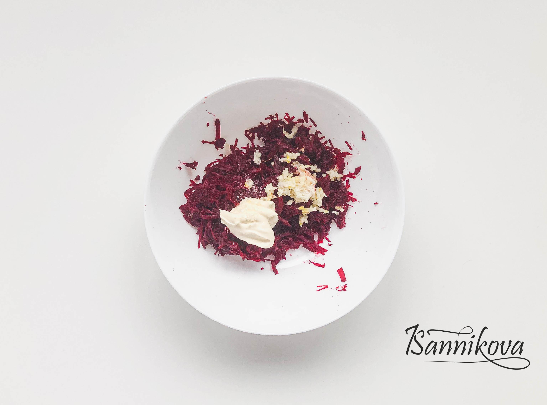 Подготавливаем ингредиенты для салата свёкла с чесноком