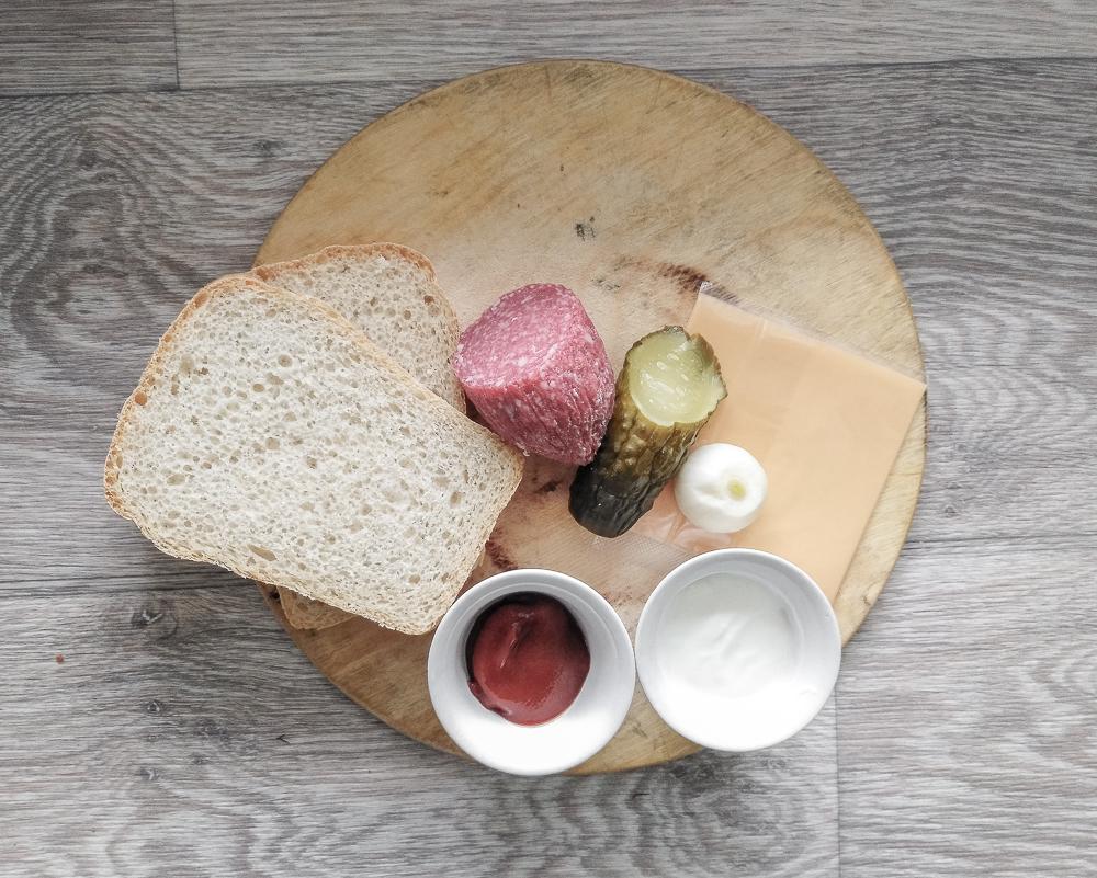 Ингредиенты для сэндвича с солёным огурцом