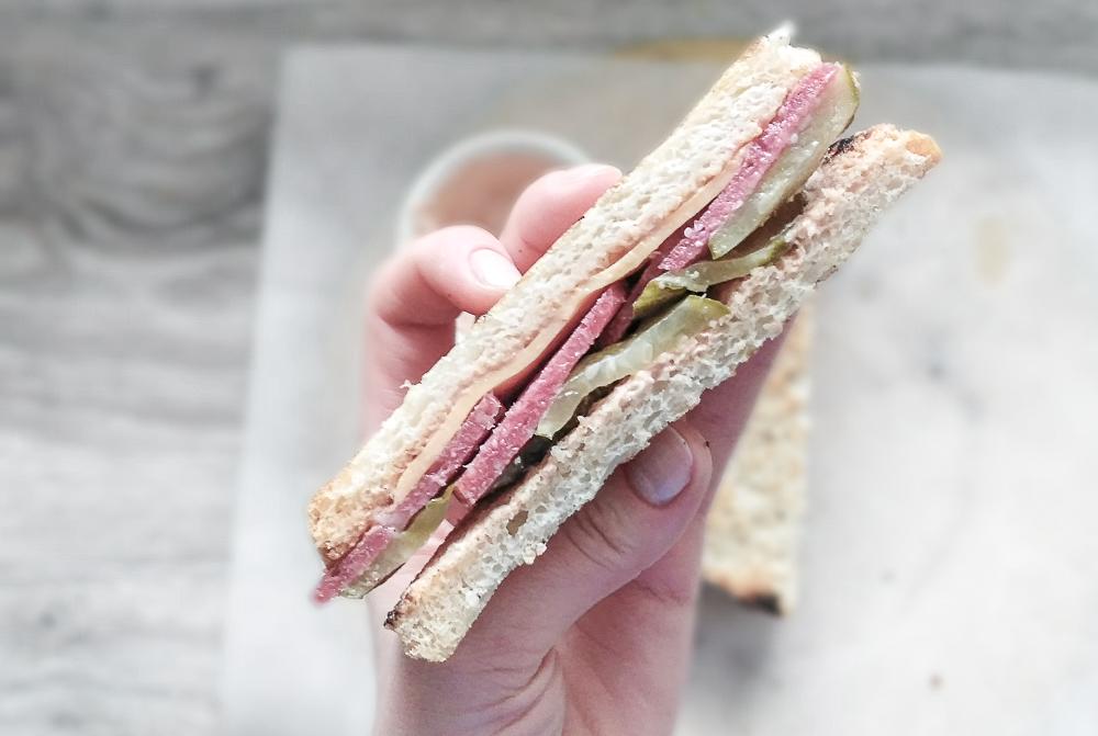 Внутренний мир сэндвича с солёным огурцом