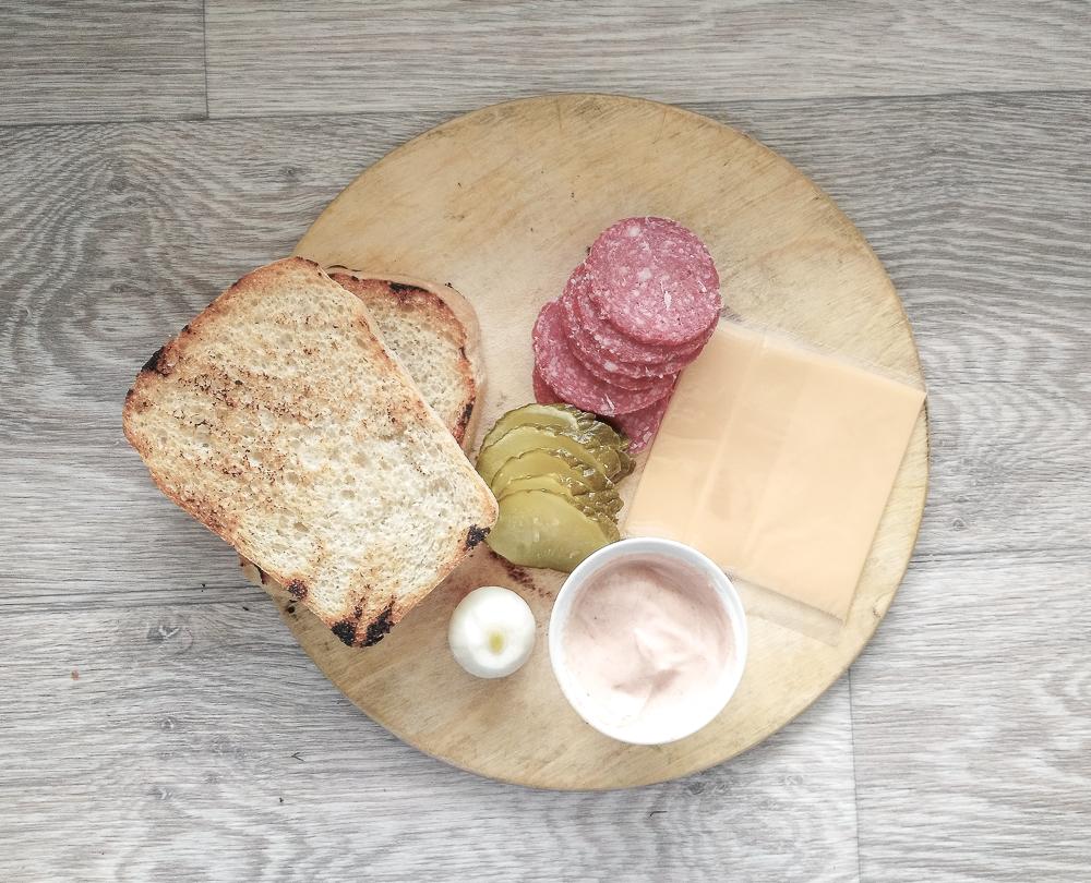Подготавливаем ингредиенты для сэндвича с солёным огурцом