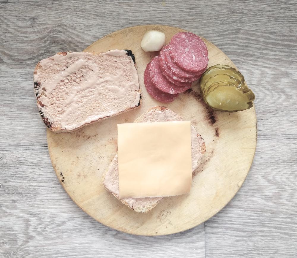 Выкладываем сыр нижним слоем для сэндвича с солёным огурцом