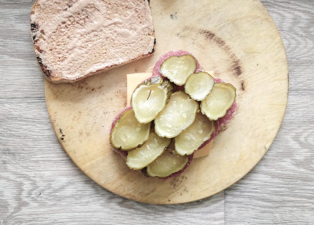 Затем слой солёных огурцов для сэндвича с солёным огурцом