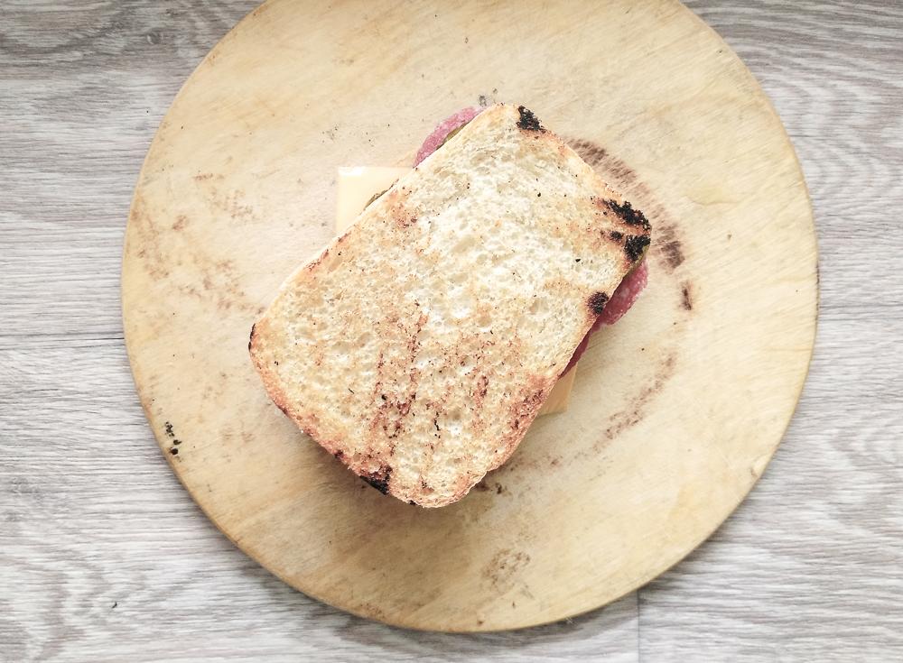 Сверху накрываем вторым куском хлеба и обжариваем будущий сэндвич с двух сторон
