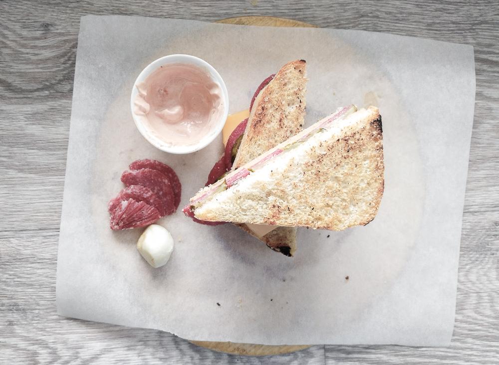 Готовый сэндвич с солёным огурцом режем по диагонали