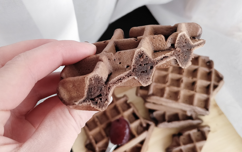 Разрез венских вафель с какао
