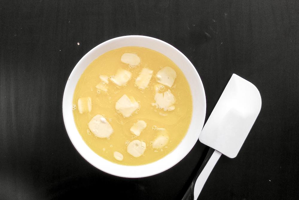Греем молоко и сливочное масло для венских вафель с какао