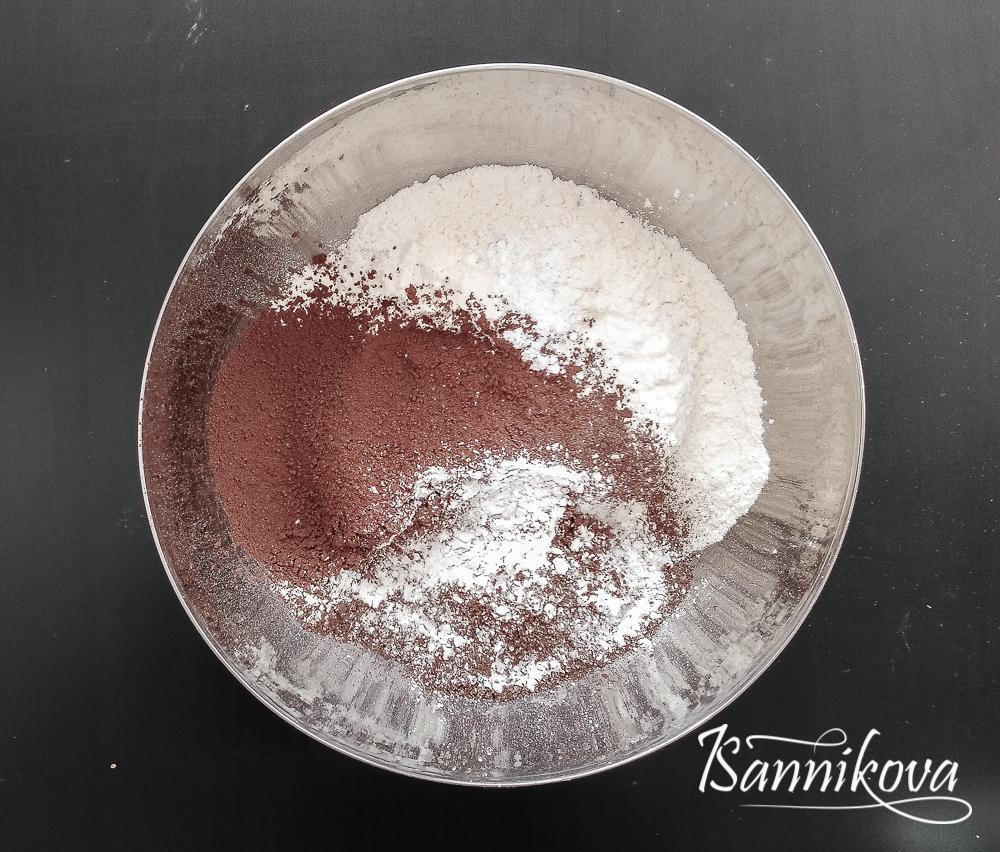 Просеиваем сухие ингредиенты для шоколадного бисквита в мультиварке