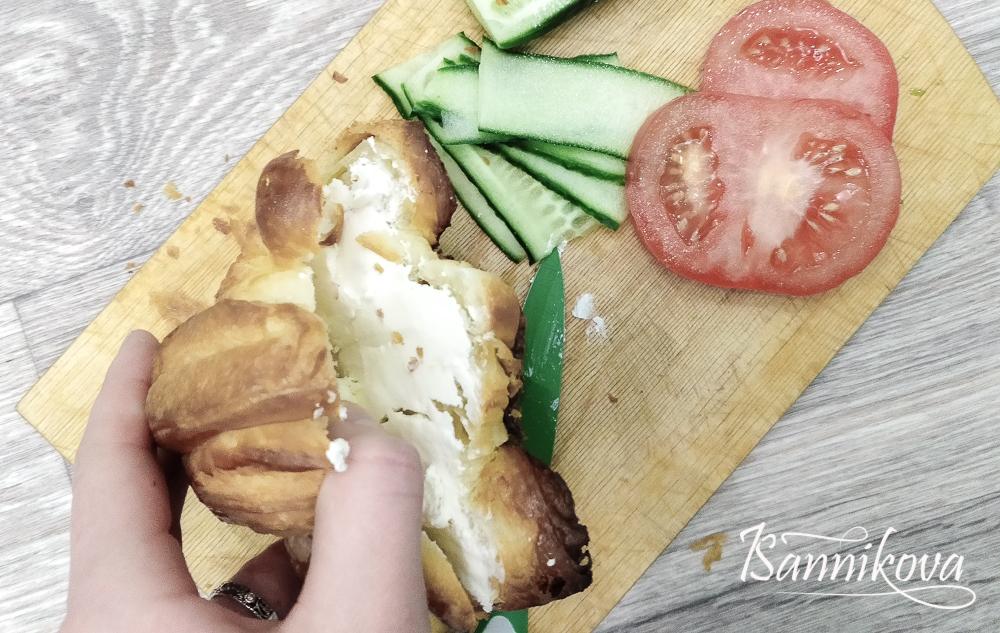 Подготовка ингредиентов для круассана с овощами и творожным сыром