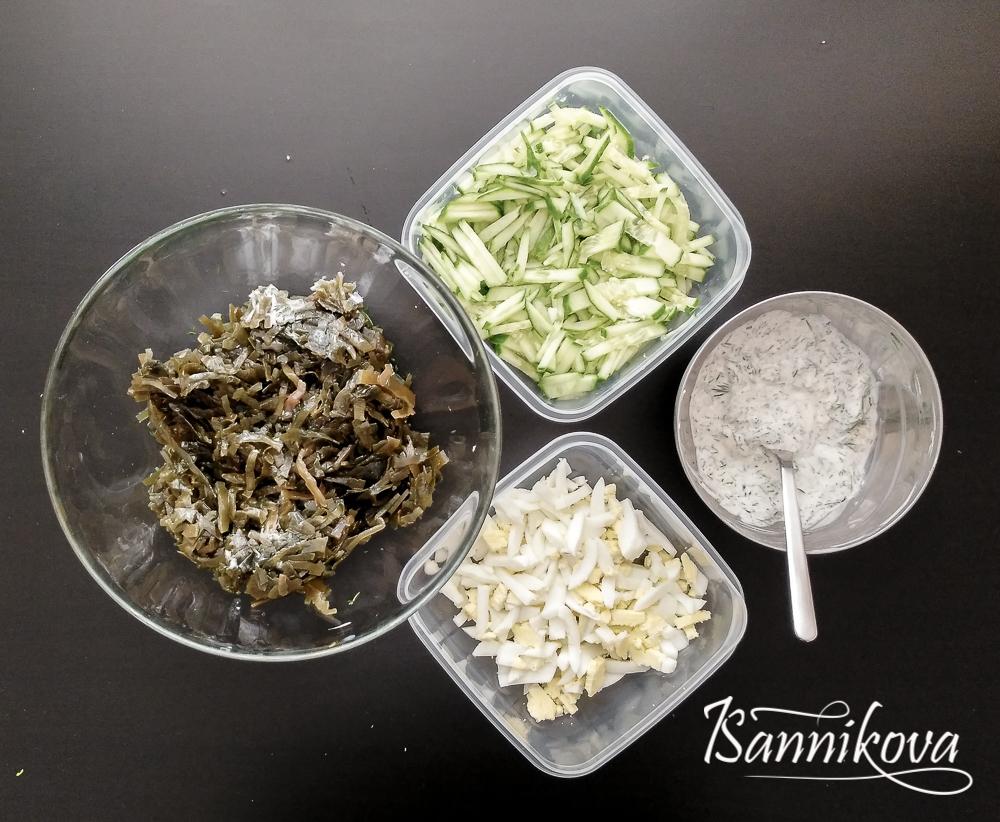 Подготавливаем все ингредиенты для салата с морской капустой и свежим огурцом