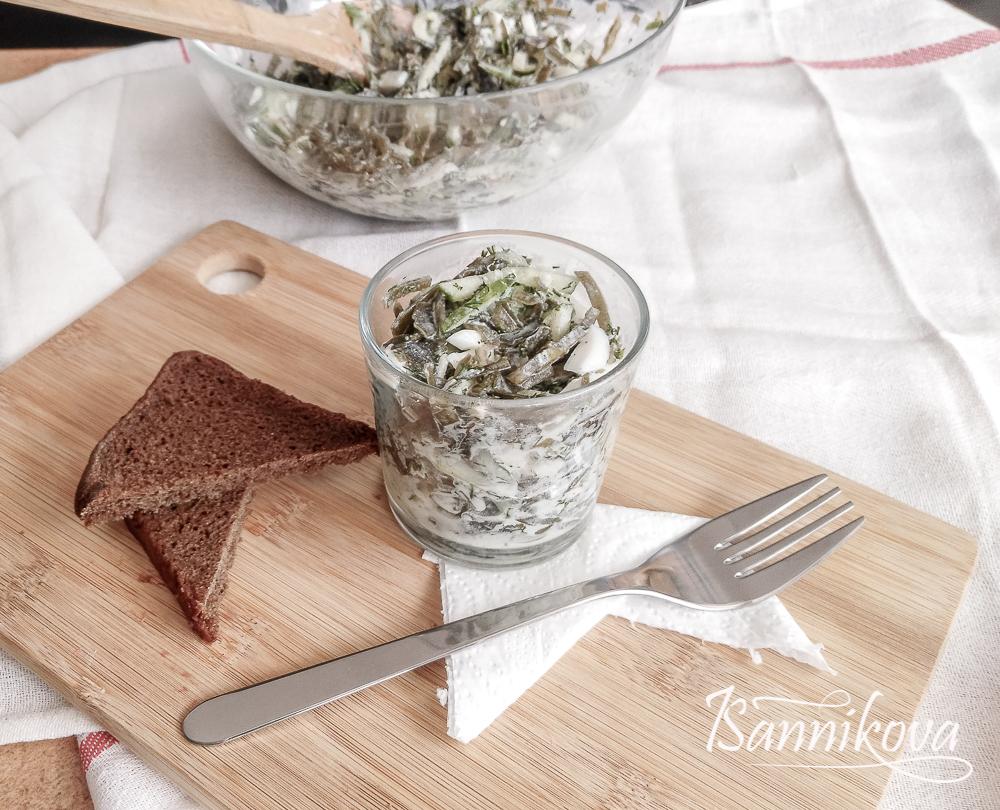 Порционная подача салата из морской капусты со свежим огурцом