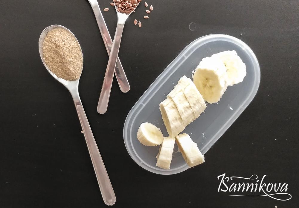 Режем банан слайсами для овсяной каши с карамелизированными бананами