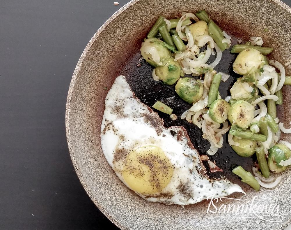 Жарим яйцо и овощи для боула с рисом