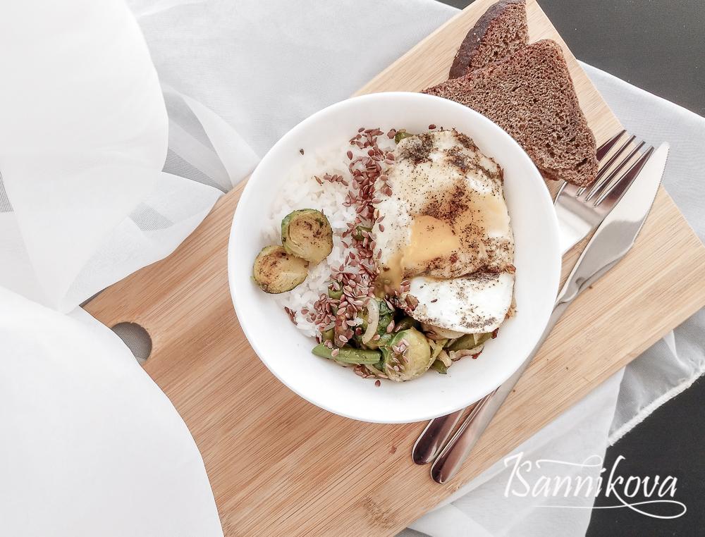 Боул с рисом, овощами и яйцом готов