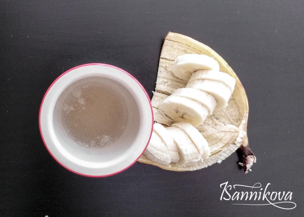 Желатин заливаем водой, банан режем для творожно-бананового десерта без выпечки