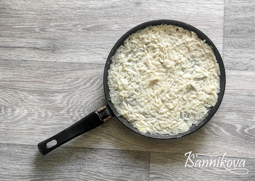 Картофельную запеканку распределить на сковороду