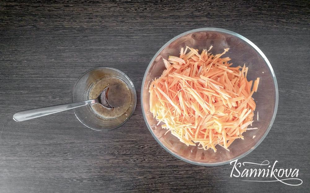 Морковь нарезаем соломкой, делаем заправку для морковного салата