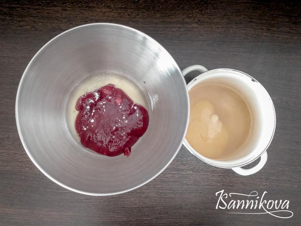 Белок и малиновое пюре соединяем в одной чаше, мёд, агар-агар и воду в кастрюле