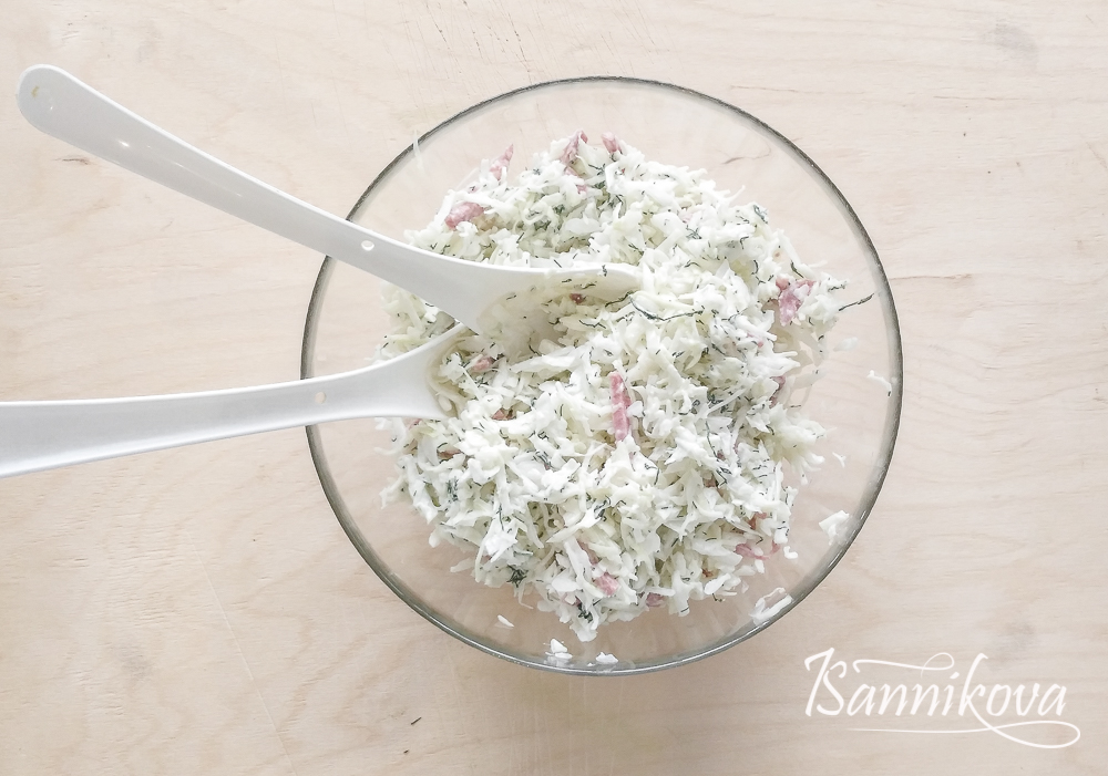 Заправляем сырно - сметанным соусом салат