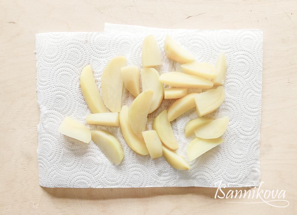 Картофель сушим на бумажных полотенцах, чтобы не было лишней жидкости