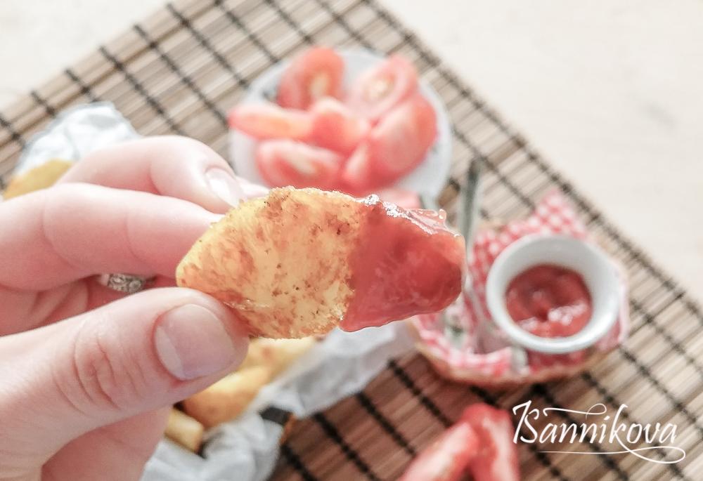 Картофель по - деревенски готов, подаём с томатным соусом
