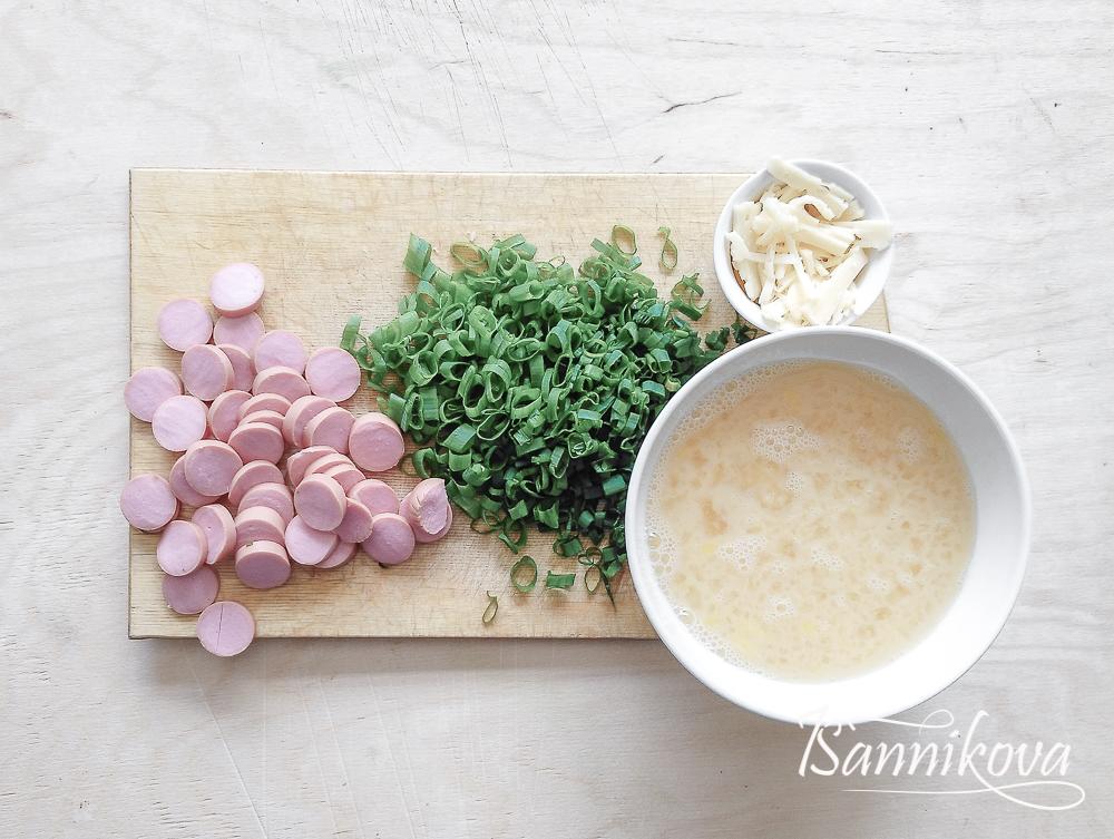 Все ингредиенты готовим для приготовления яичного ролла с зелёным луком и сосисками