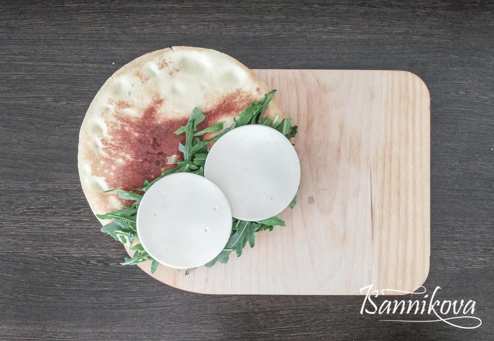 Второй слой - творожный сыр