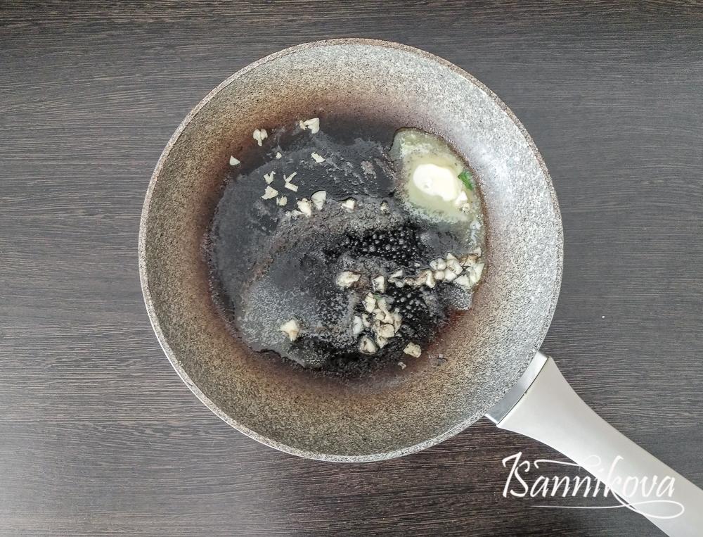 На сливочном масле обжариваем чеснок с чёрным перцем