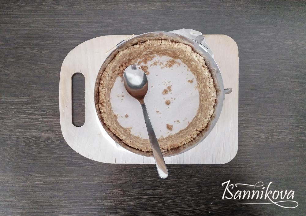 Формируем борта из песочной основы для кокосового чизкейка