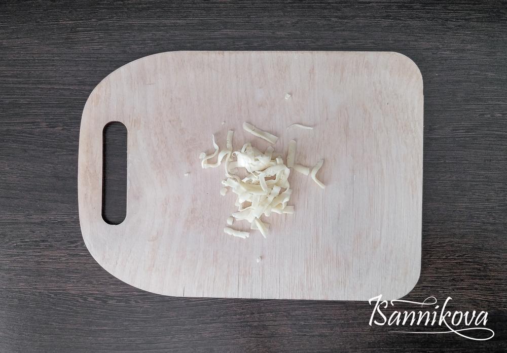 Сыр натираем на тёрке