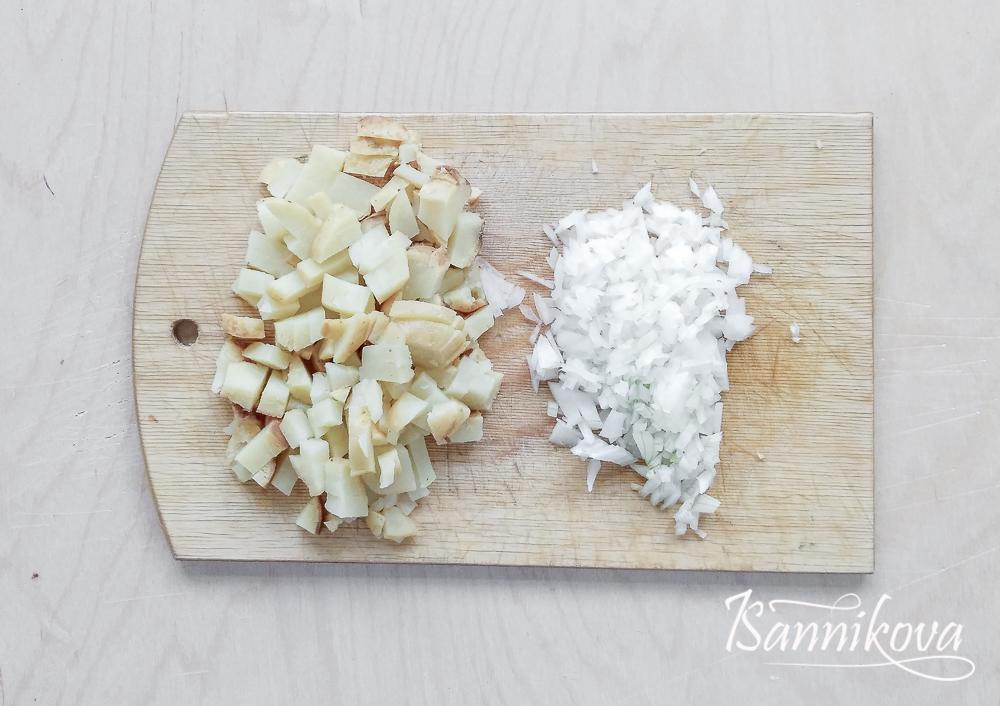Картофель и репчатый лук порубить ножом