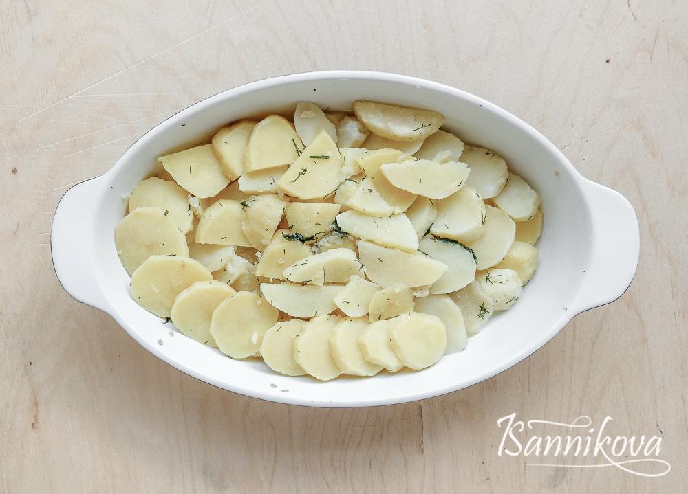 Картофель укладываем слоями