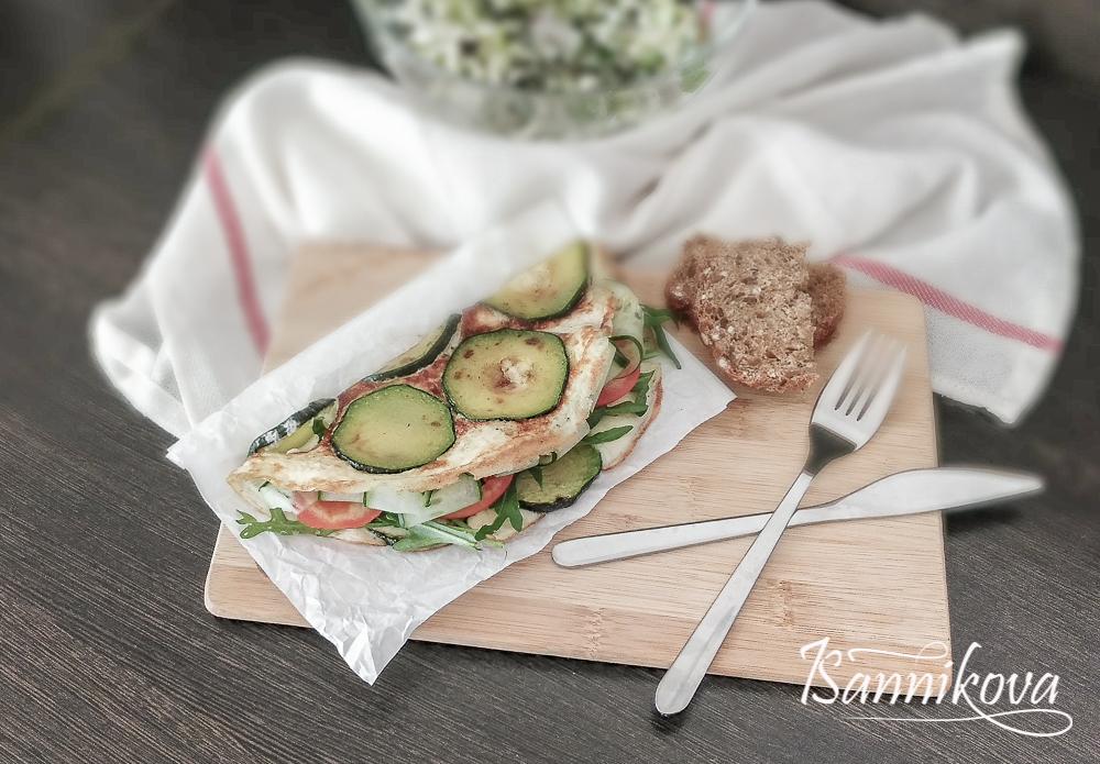 Кабачковый блин с овощами готов