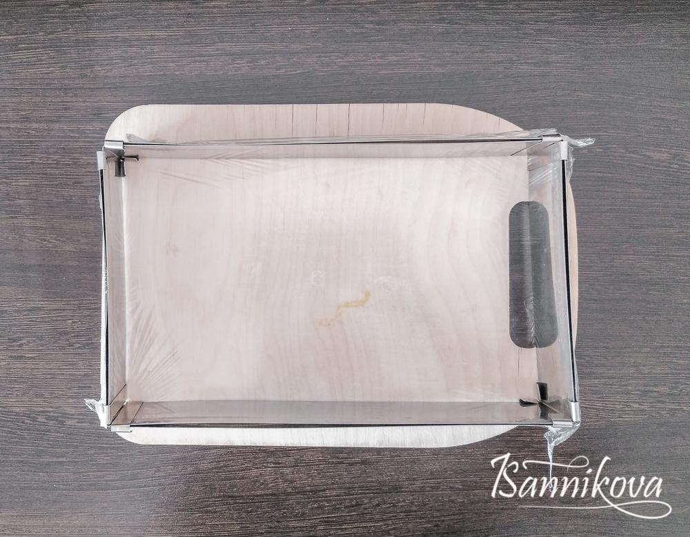 Форму обтягиваем пищевой плёнкой и ставим на плоскую поверхность