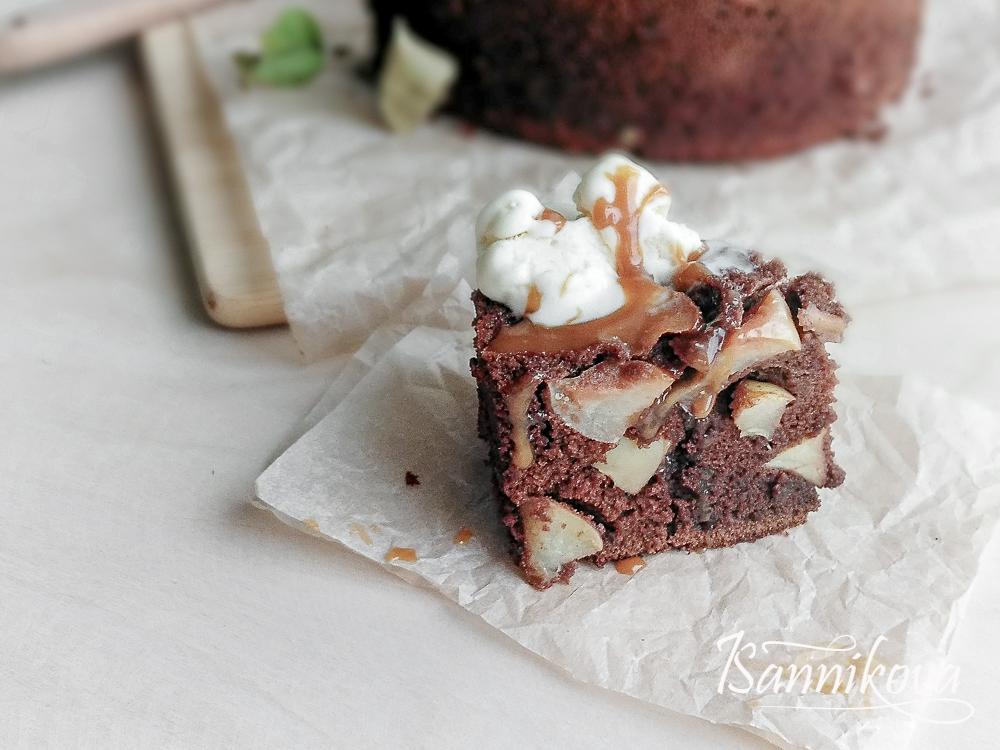 Разрез шоколадного кекса с яблоками